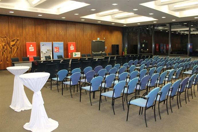 Der große Sitzungssaal im Landratsamt Saarlouis ist vorbereitet