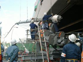 ケーブルをクレーンで吊り、押込み装置にセットします