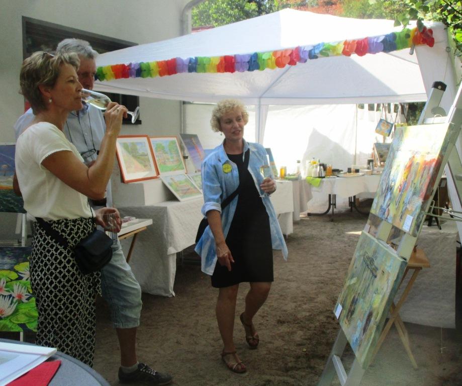 Künstlerin Sabine im Gespräch mit Gästen