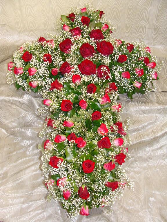 C4-La Croix de roses rouges et gypsophilles