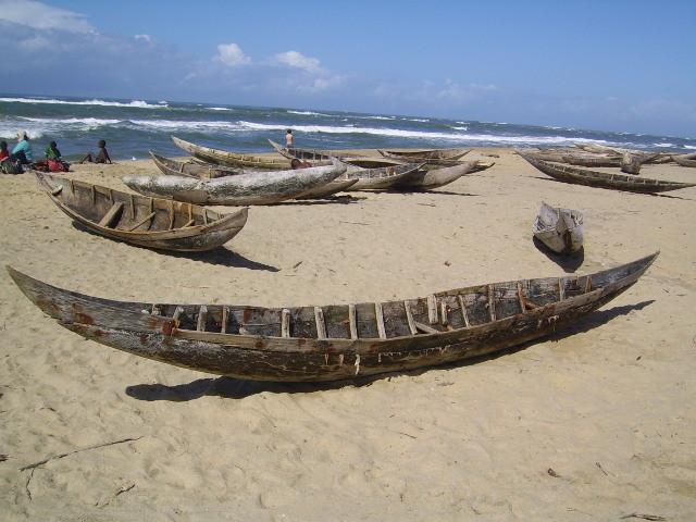 Pirogues sur la plage du Trou du Commissaire au sud de Manakara