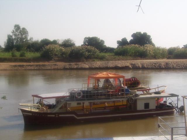 Chaland sur le fleuve de Tsiribihina
