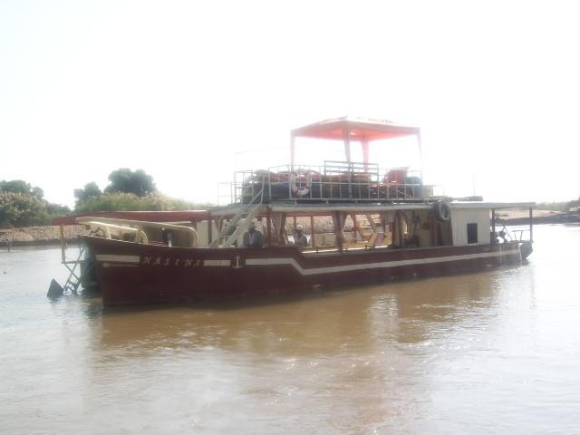 Chaland à moteur sur Tsiribihina
