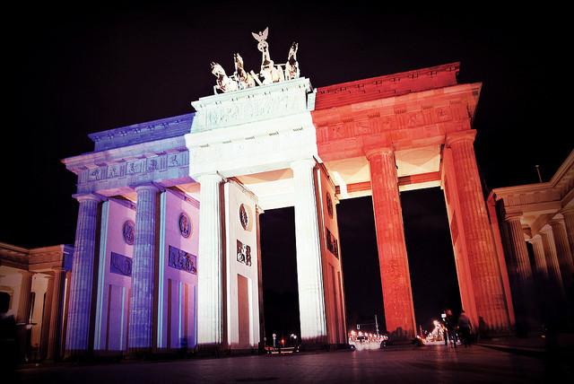 Das Brandenburger Tor in Berlin wird in den Nationalfarben von Frankreich angestrahlt. Foto von Flickr.com, O. Horbacz