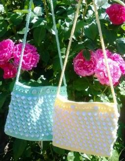 Kindertasche mit Noppen und Knöpfen