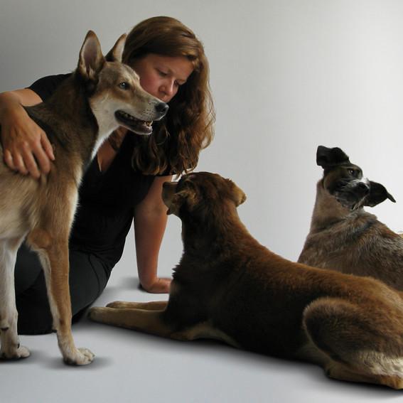 Nicole Feldhoff mit Pavel, Zora und Festus.