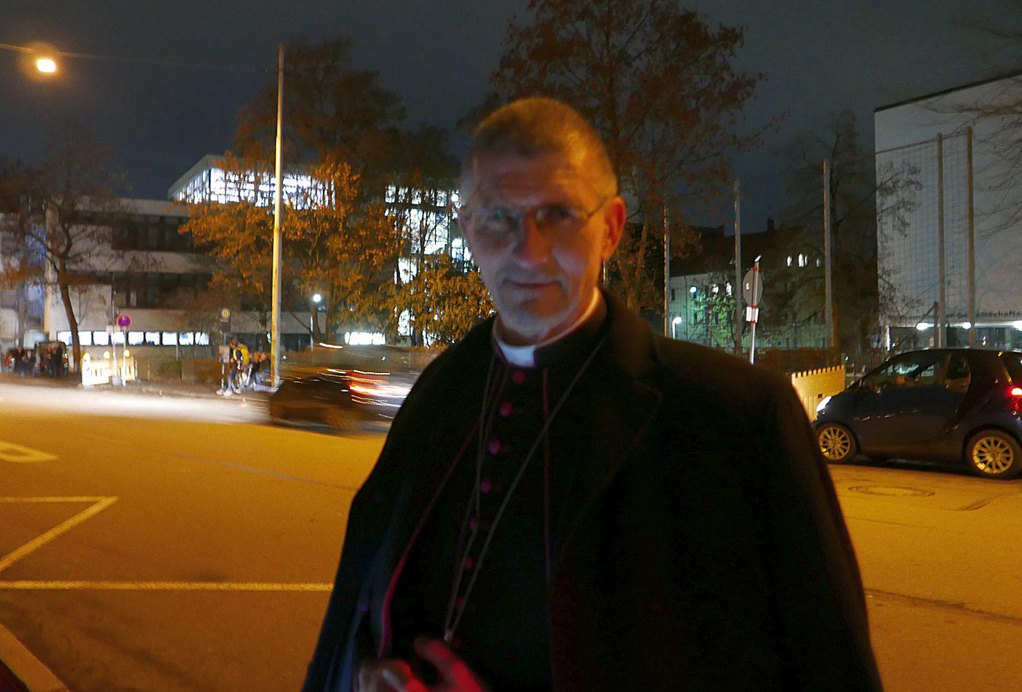 Ein Pfarrer erzählt uns, warum es nicht ohne Militär, Rüstung und Krieg geht.