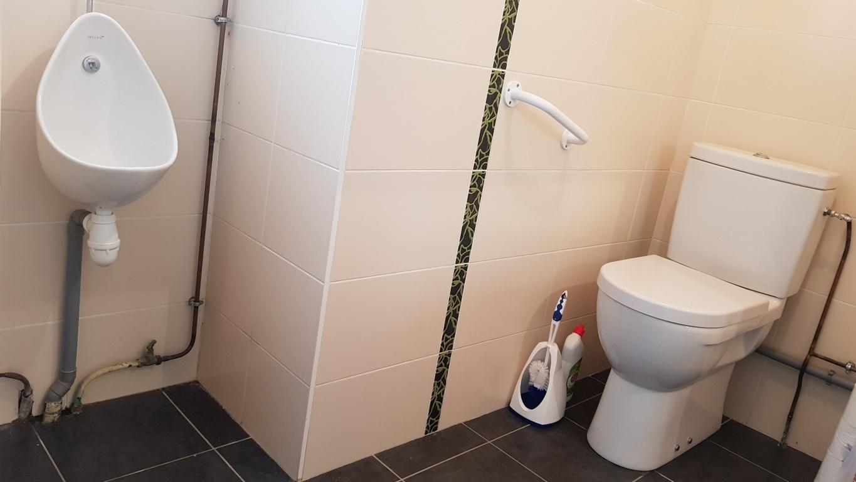 Cabinet de toilettes du rez-de-chaussée indépendant, privatif, accessible aux Personnes à Mobilité Réduite avec lave-mains, miroir, wc et urinoir