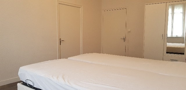 1er étage : Chambre du milieu communicante à celle de droite par une porte sur le côté