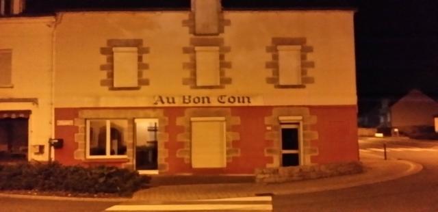 Façade en granit de la grande bâtisse de 475 m² habitable située au 1 rue du Val Le Roc Saint-André 56460 Val d'Oust en Bretagne du Sud