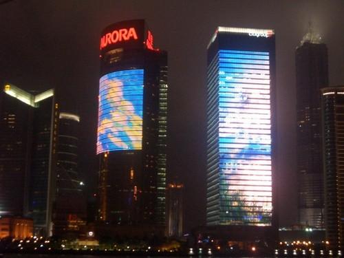 Hochhausfassade mit LED-Vorhängen