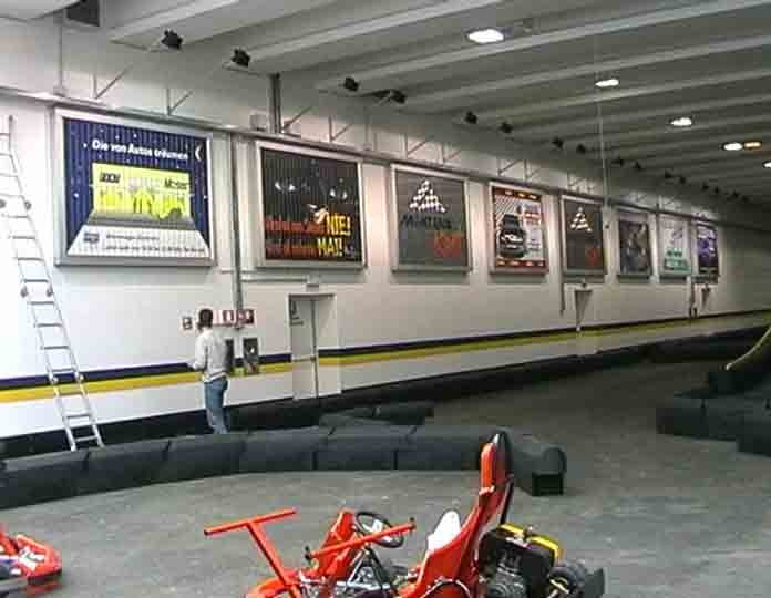 Montana GoKart Racing Halle , Bruneck - mehrer synchrone Anlagen an einer Wand (INDOOR Montage)