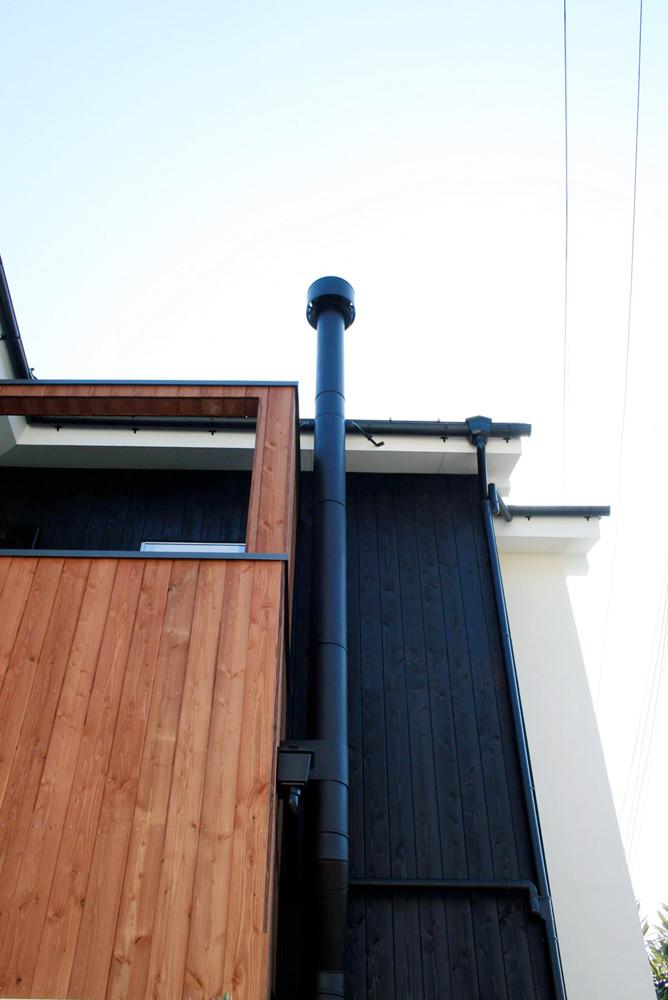 薪ストーブの煙突とから松の外壁と色の違い