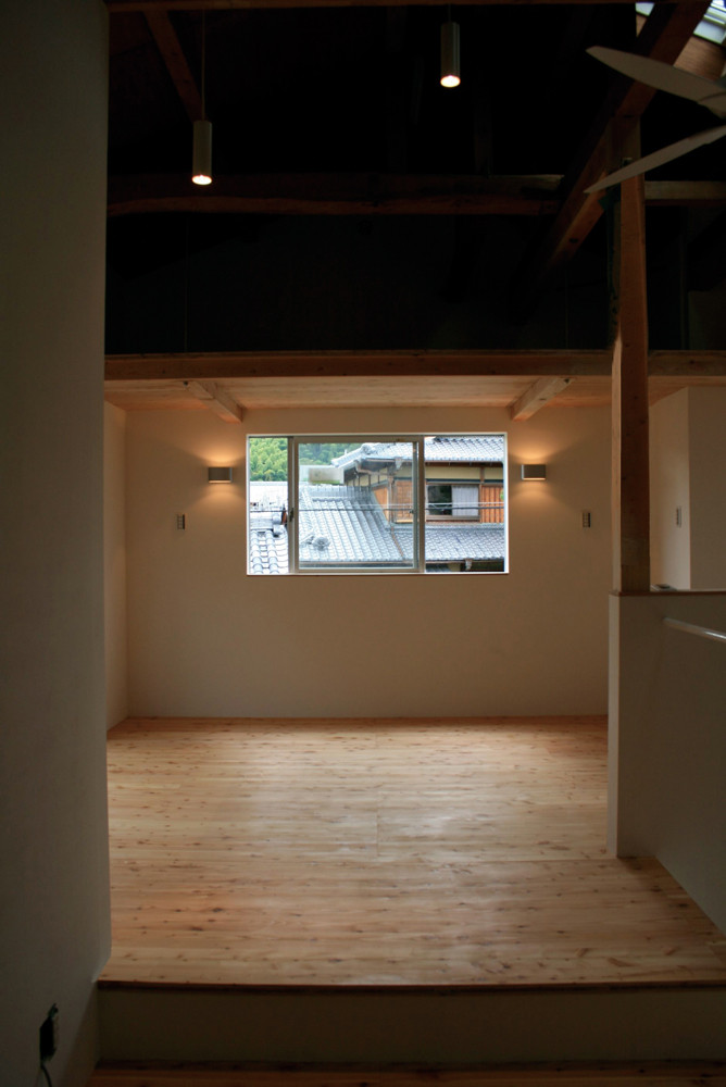 2階寝室。吊り構造により一部収納用のロフトを実現。空間の有効利用をはかりました