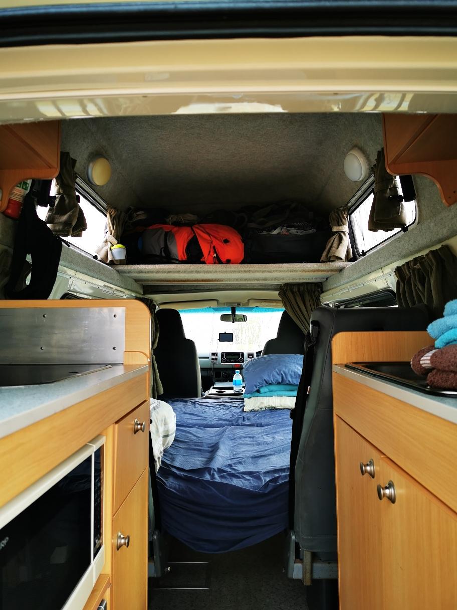 """Das edle Happy Innere. Den """"Alkoven"""" haben wir zum Gepäckraum umfunktioniert - der ist so klein, da könnten eh nur zwerge schlafen."""