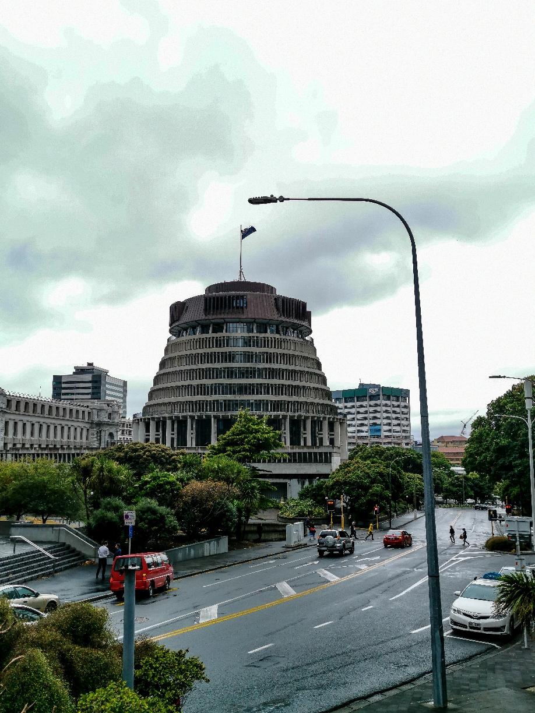 """Für den Bildungsauftrag. Wir präsentieren das neuseeländische Parlament. Das wäre dann wohl """"Innovative Architektur"""" wenn man nett ist."""