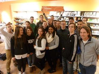"""Ralf Grapmeyer, Lehrer der BSG Bad Nauheim, mit seinen Schülerinnen und Schülern, die an der Gründung des """"Café der Kulturen"""" beteiligt waren."""