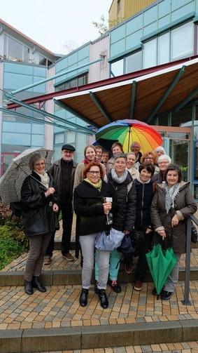 Einige Ehrenamtliche Mitarbeiterinnen und Mitarbeiter bei einer Werksführung von hess natur in Butzbach