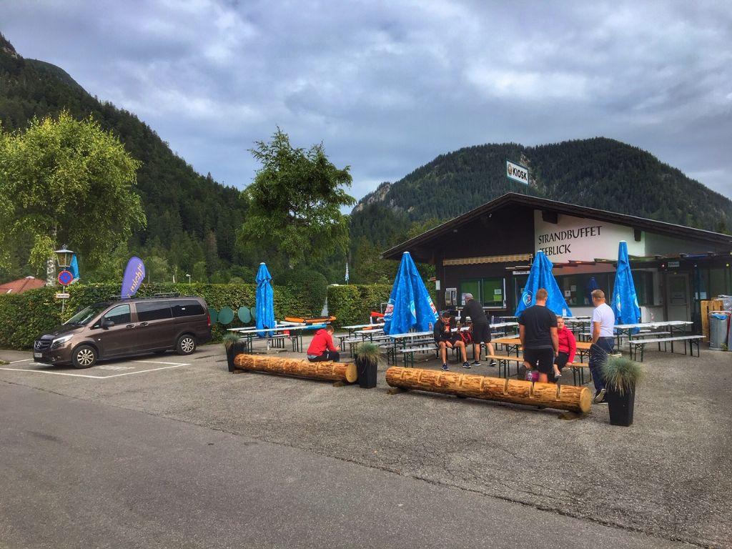 Der Kiosk an der Sennalpe bietet neben leckeren Essen auch Verleihprodukte wie SUPs, Mointainbikes und Boote