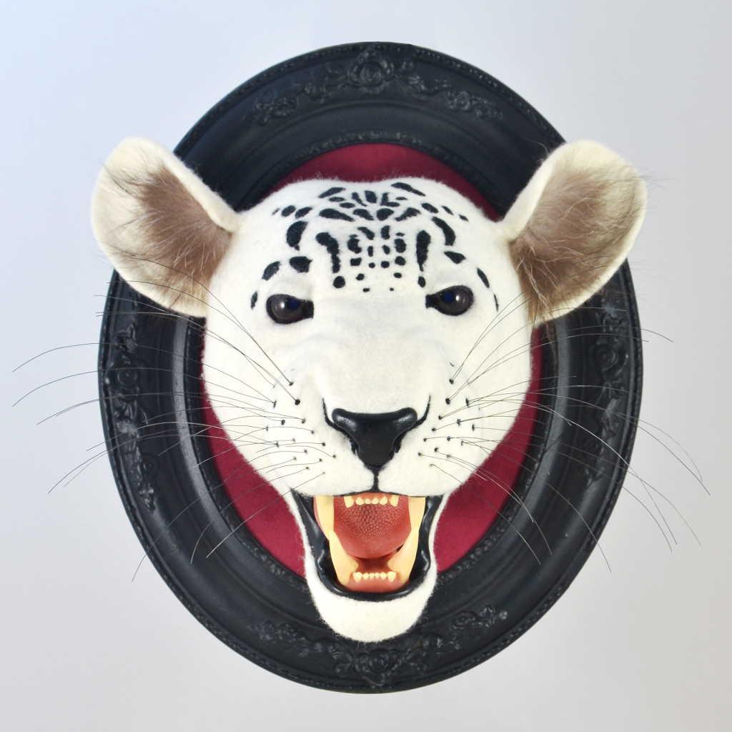Weißer Leopardenkopf aus Filz mit offenernes Maul, originelles Wanddesign, schwarzer Holzrahmen