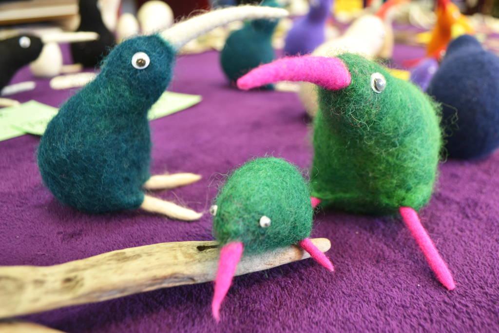 Drei Filz-Kiwis aus verschiedenfarbiger Wolle aus Neuseeland