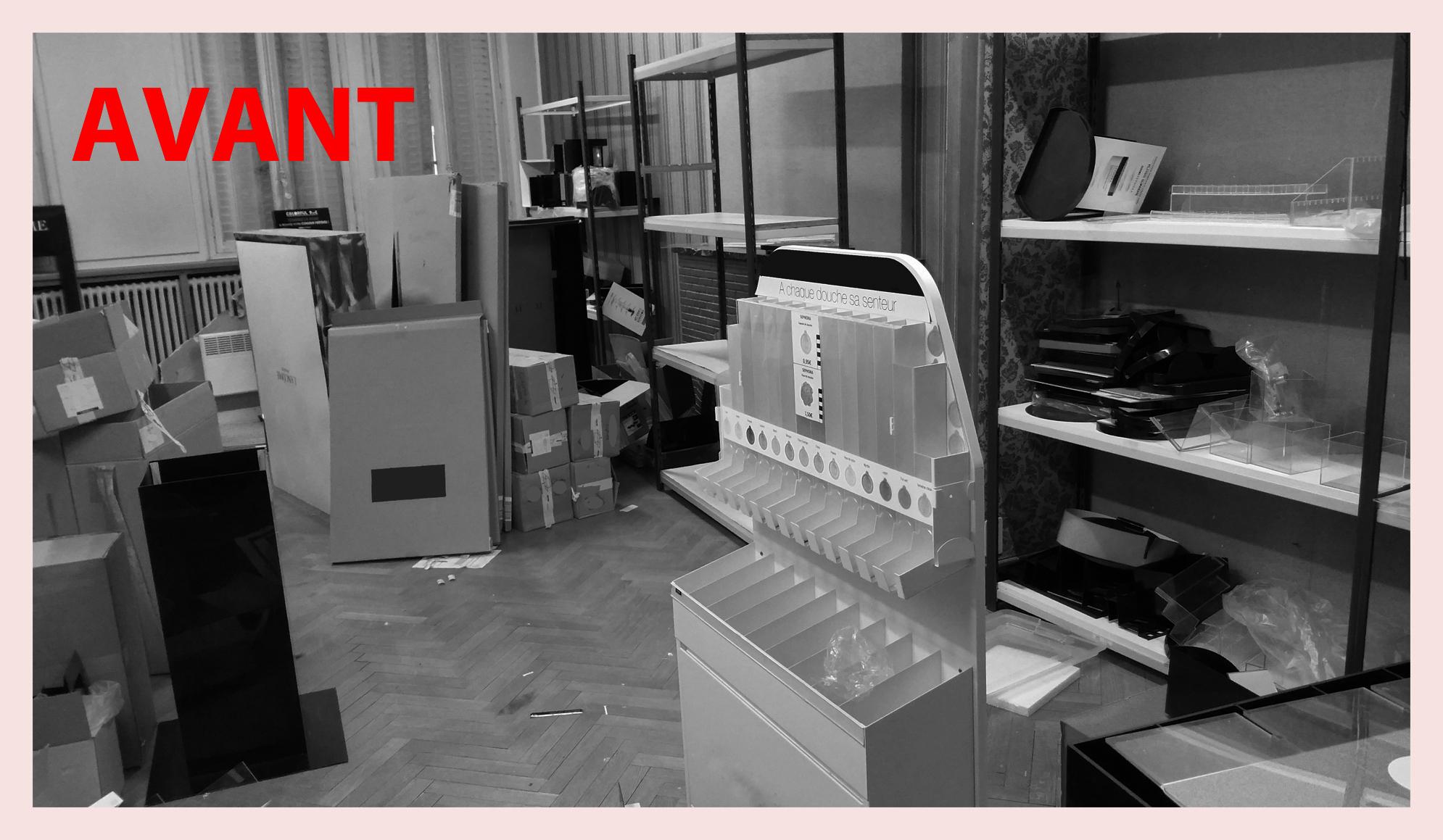 Coté droit de la pièce principale, d'anciens présentoirs encombrent l'espace et les étagères ne sont plus très accessibles.....