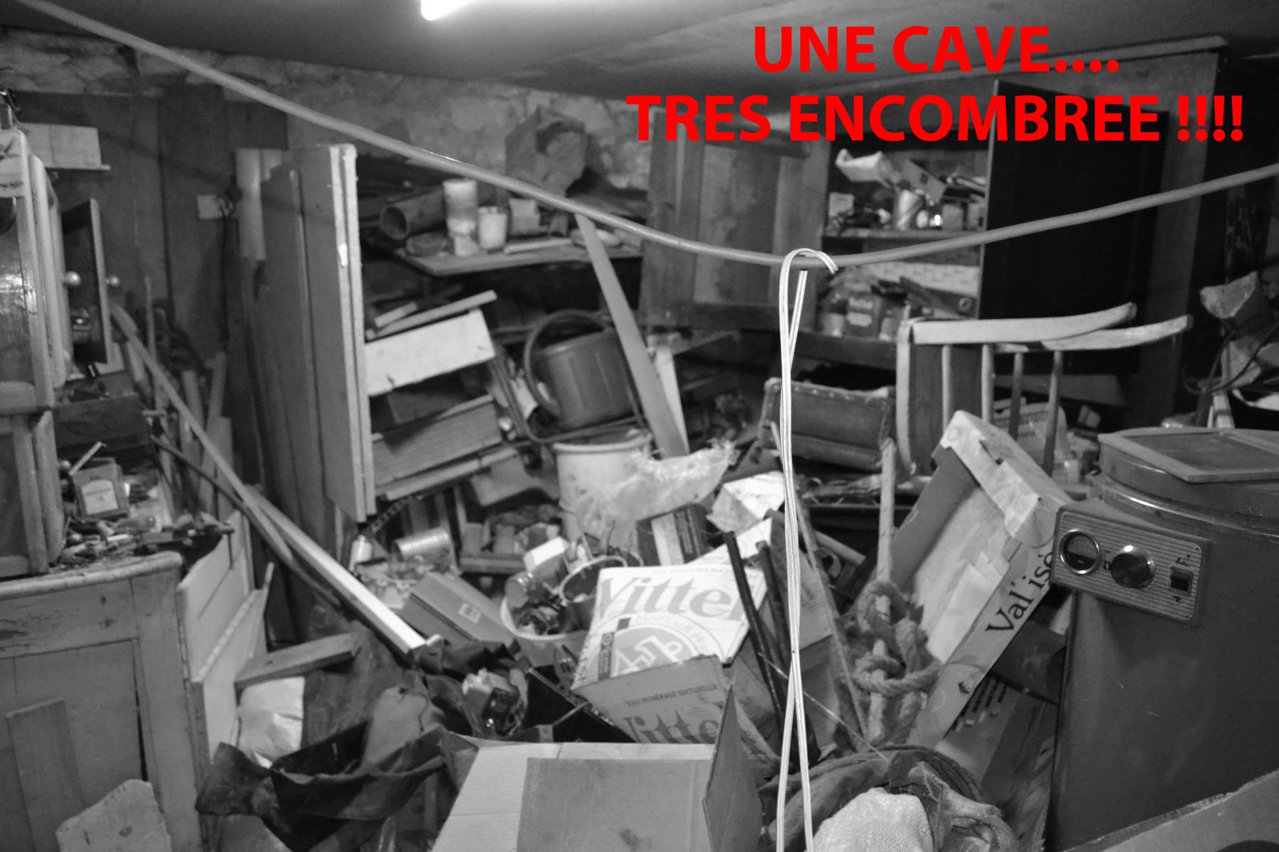Cette accumulation de choses diverses a fixé l'humidité et dégrade cette cave.......