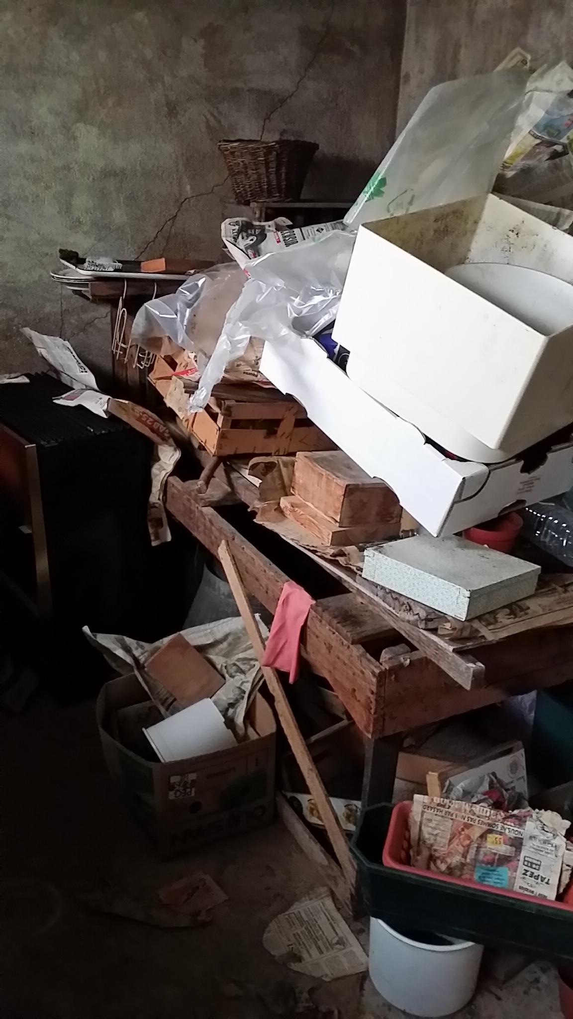 Des tas de cartons, cagettes et produits de jardinages se sont accumulés....