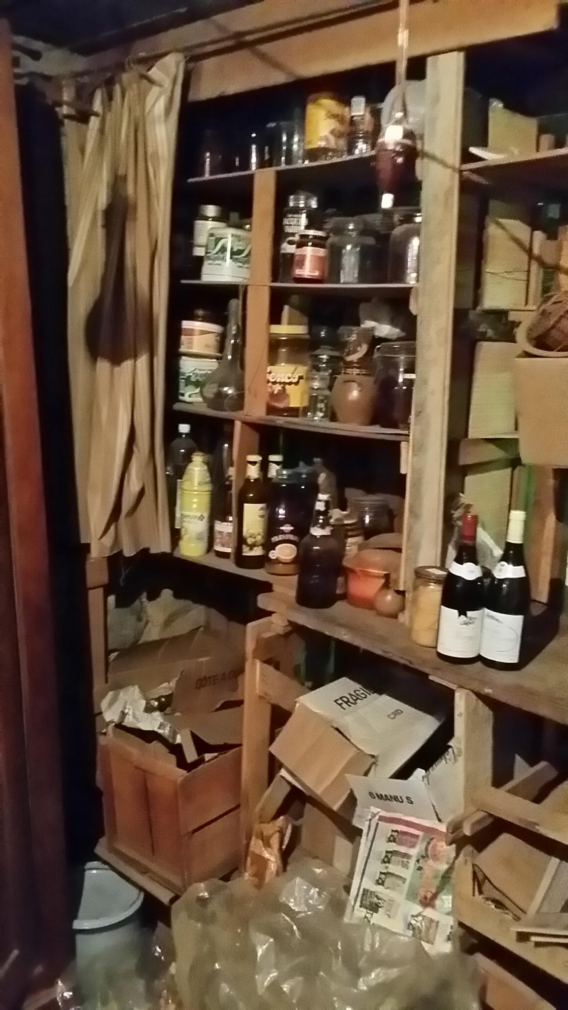 Des bocaux remplis de divers produits (alimentaires, chimiques)...