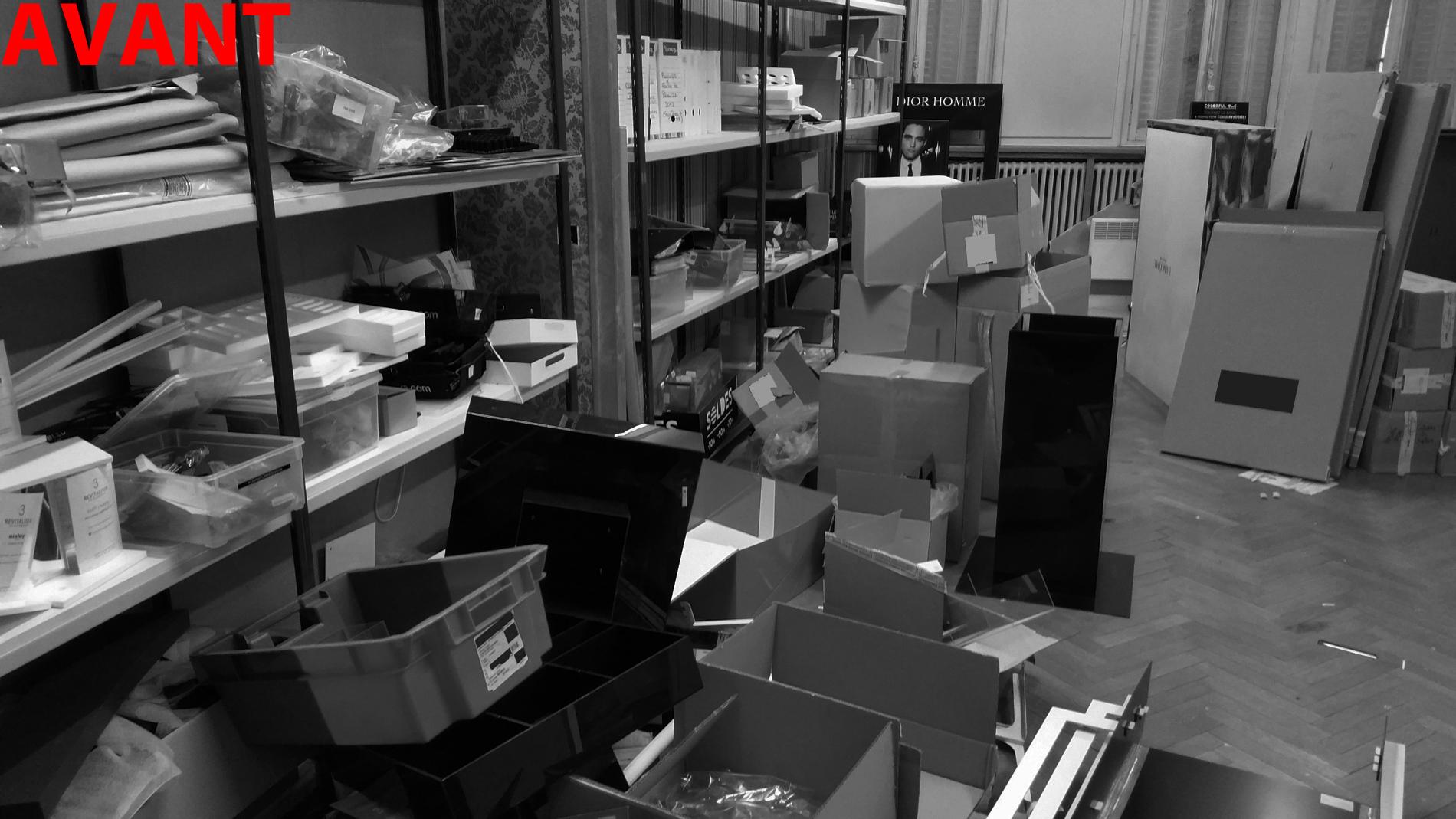 Coté gauche de la pièce principale encombrée de PLV obsolète et de déchets divers.... Un tri selectif est nécessaire pour l'apport en déchetterie...