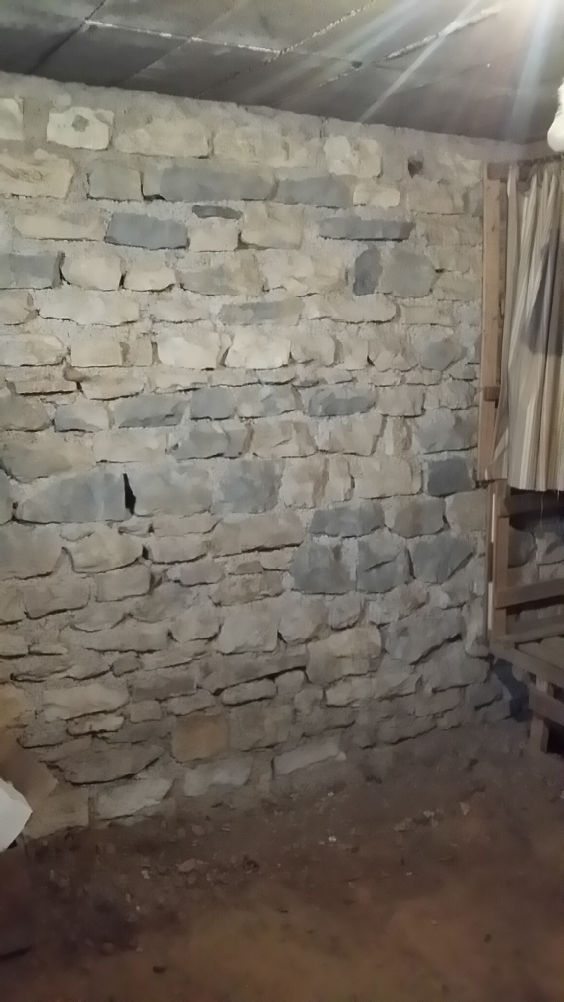 Une fois tout enlevé, la cave se révèle saine et prête à être réaménagée...