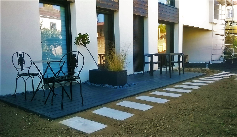 Terrasse composite, bande de propreté en galets noir et pas japonnais en dalles béton brute