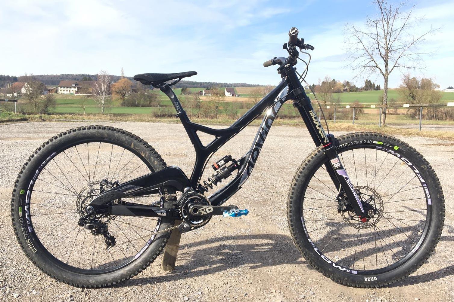 Beschriftetes DH-Bike für TeamProject