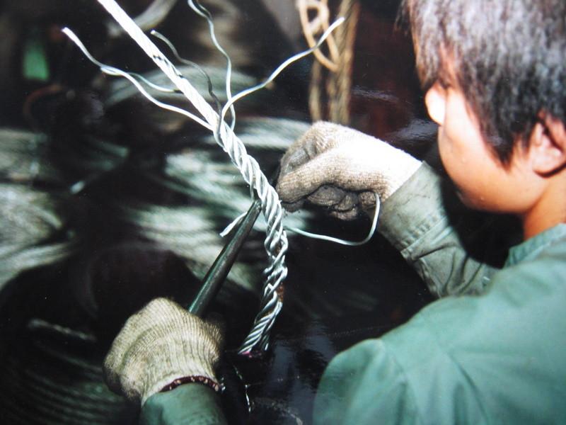 ワイヤーを手で編む作業