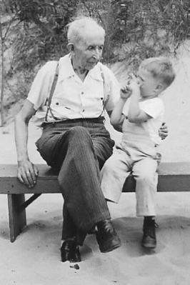 Buchmann mit Enkel