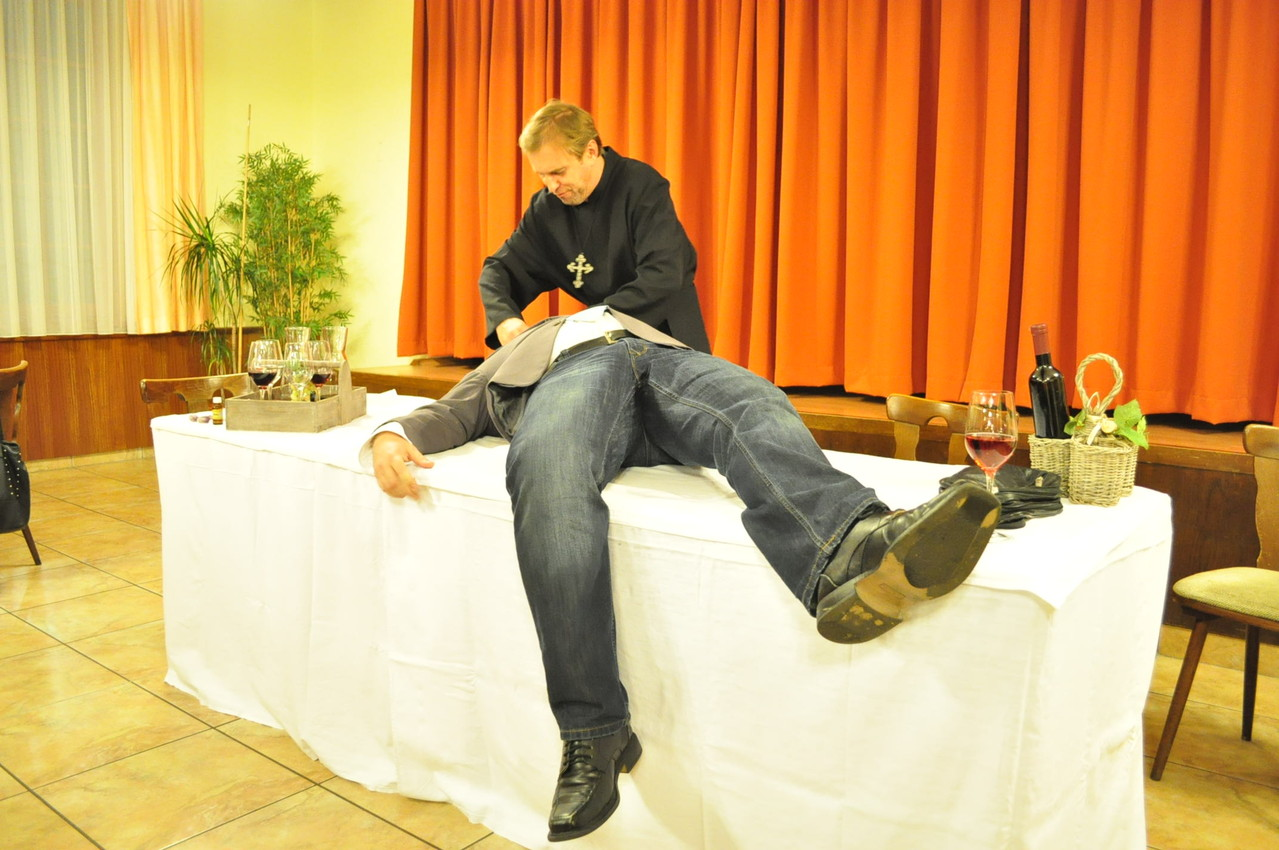 Der am Tisch war es nicht, er ist TOT.