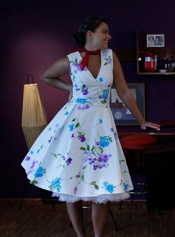 Kleid mit Blumenmuster im 50er Stil