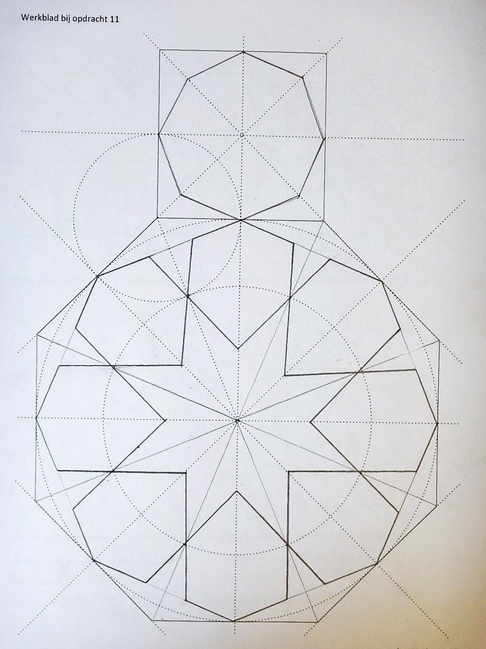 werkblad met constructie door leerling van een rozet en achthoek waarmee...