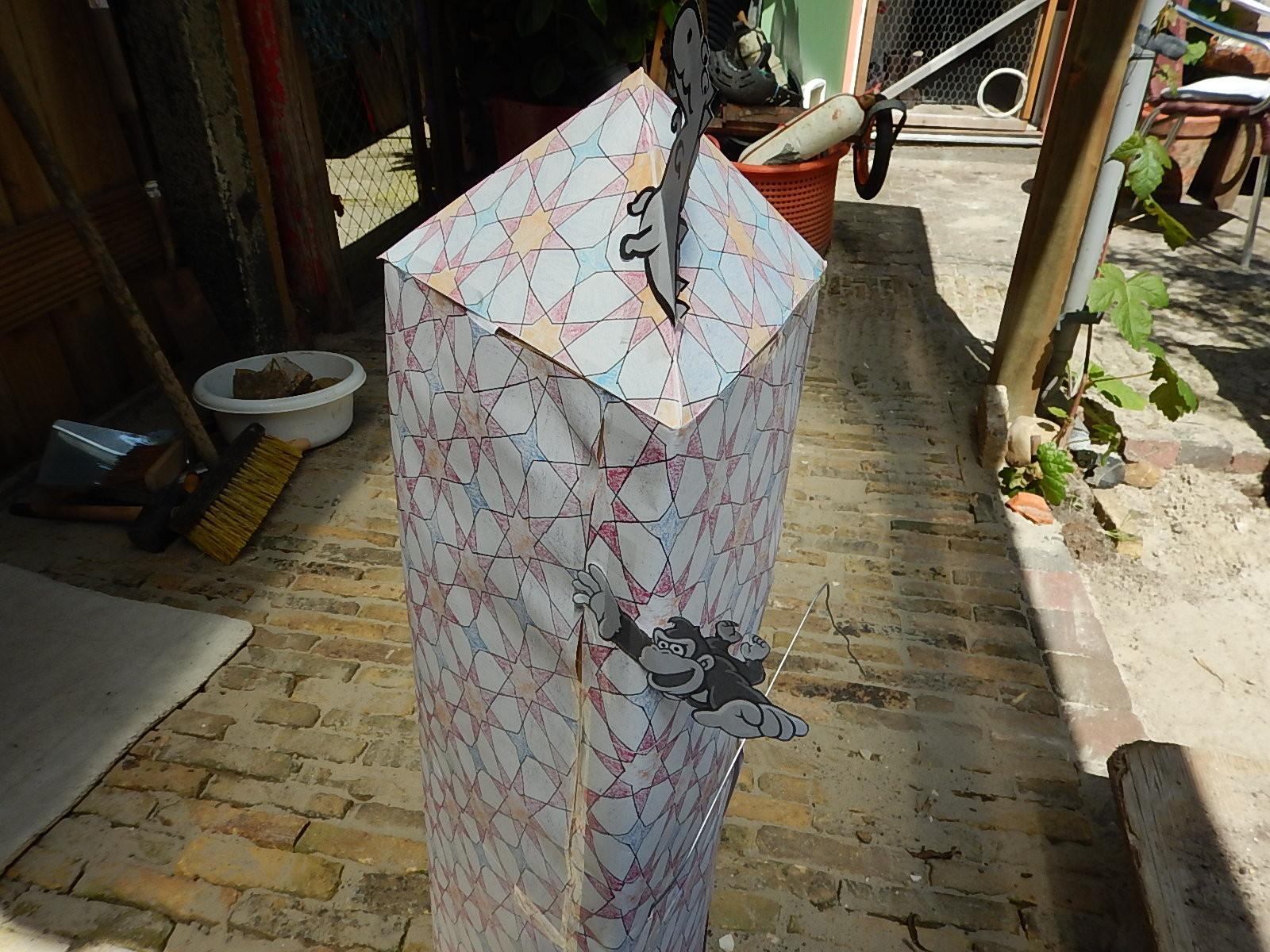 Deze pilaar met piramidetop is gedecoreerd met achtpuntige sterren en ...