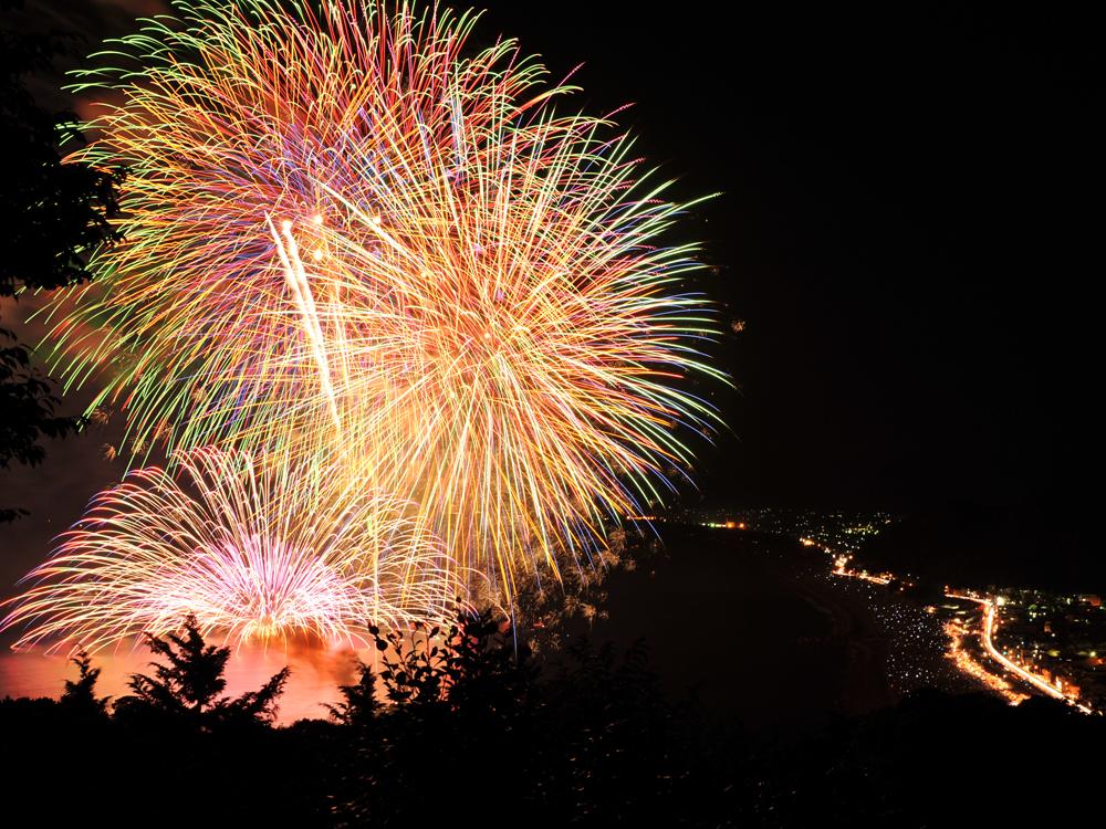 夏に開催される熊野大花火大会は有名で、全国からお客さんが集まります。
