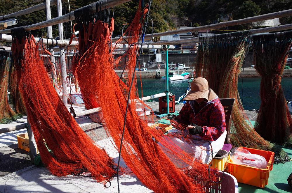 漁師町ではこのように網の手入れをする漁師さんの光景が日常です。
