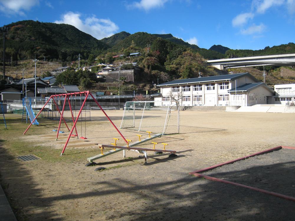 新鹿町には海岸部エリア唯一の学校が集まっています。