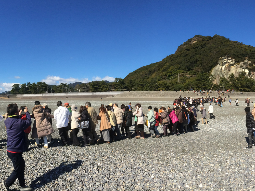 花の窟神社は日本最古の神社で、お綱引き神事の例大祭が有名です。