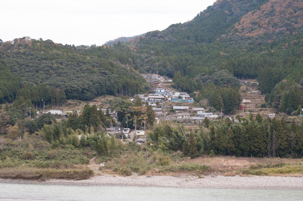 北山川を見下ろす形で集落が形成されています。
