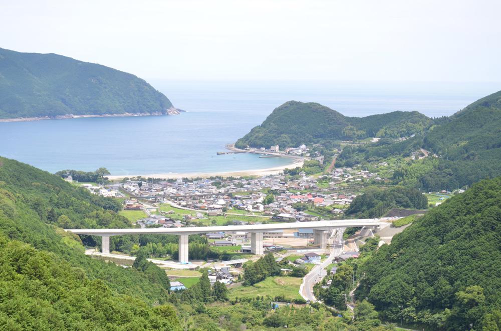 山間からみた新鹿町の景色です。高速道路が近く様々なアクセスに便利です。