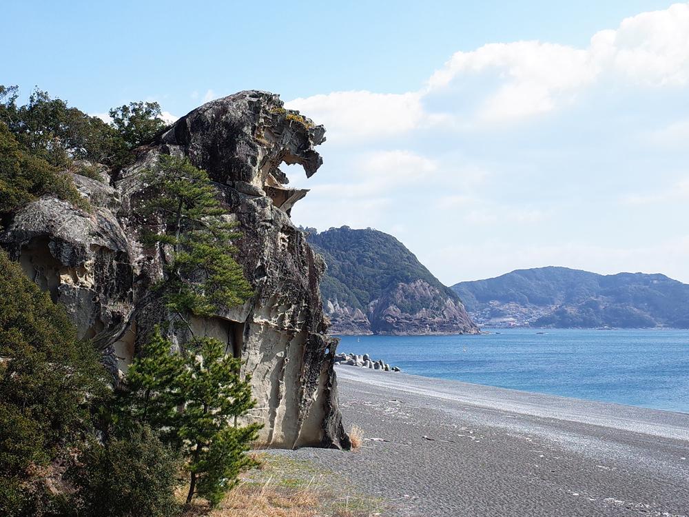 井戸町の国道沿いには世界遺産獅子岩があります。