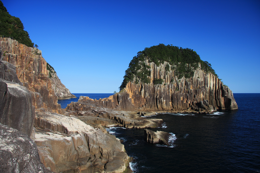 名勝「楯ヶ崎」です。ハイキングコースとしても人気です。
