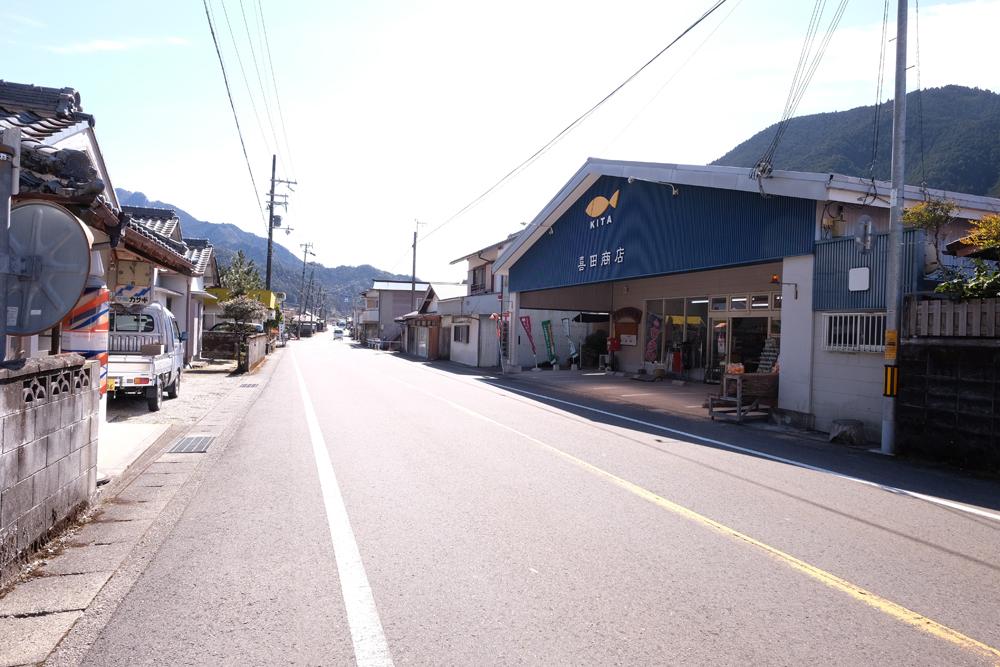 奈良県、大阪への交通の多いので、商店やコンビニなどもあります。