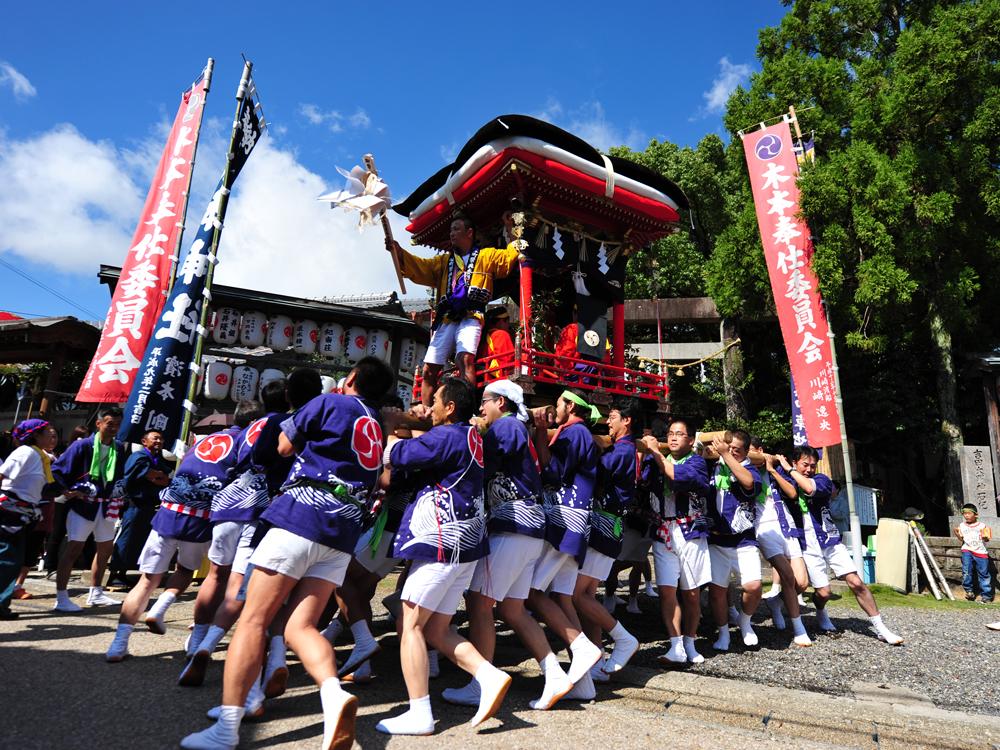 木本町には昔ながらの山車で練り歩く祭りがあります。