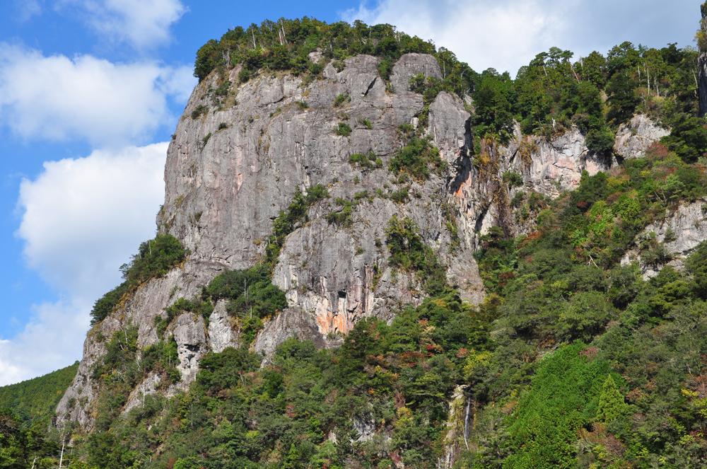名勝「大丹倉」。頂上付近まで車道が続いているので、登るのにべんりです。